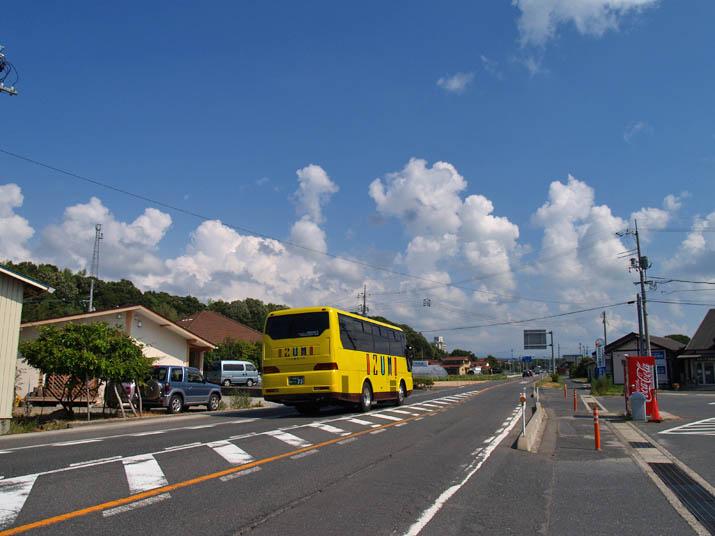 110811 尾高の道路と今日の空.jpg