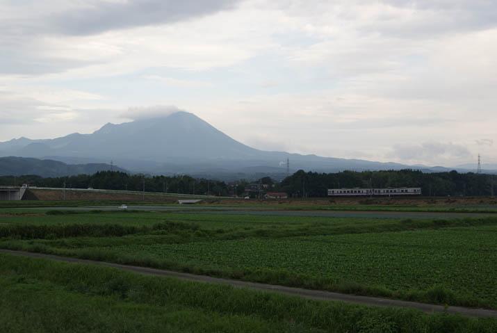 110824 大山と普通列車.jpg