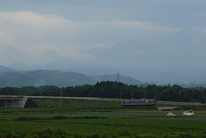 110909 隠れた大山と普通列車.jpg