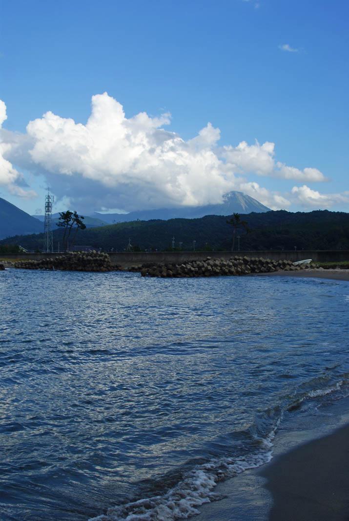 110911 大山と打ち寄せる波.jpg