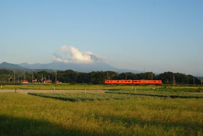 110914 大山と普通列車.jpg