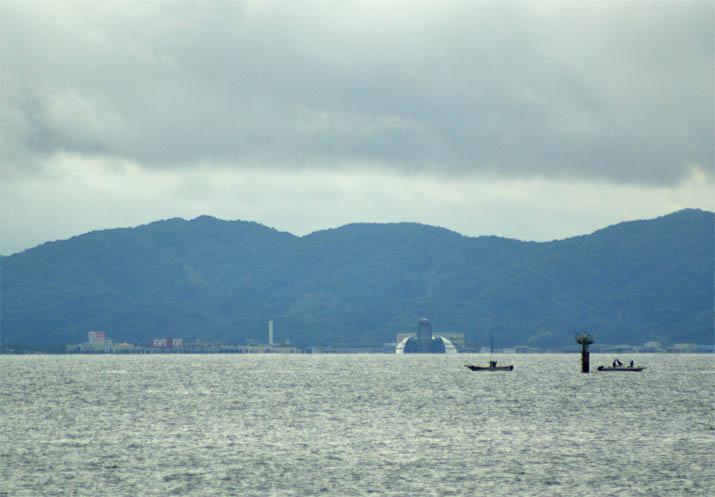 110917 美保湾の漁船と竹ノ内団地.jpg