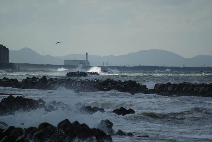 110922 荒れる美保湾と海岸線.jpg