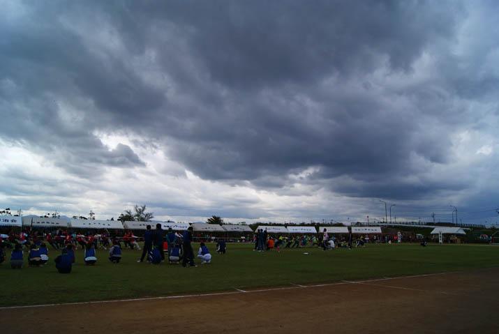 111002 真っ黒な雲が上空に.jpg