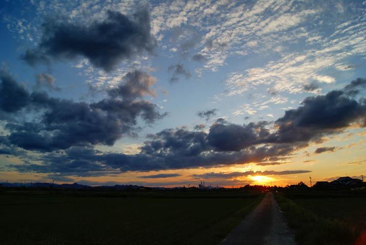 111003 夕焼け空と農道.jpg