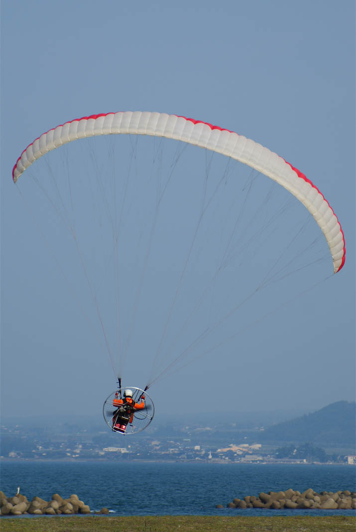 111009 飛び立つモーターパラグライダー.jpg