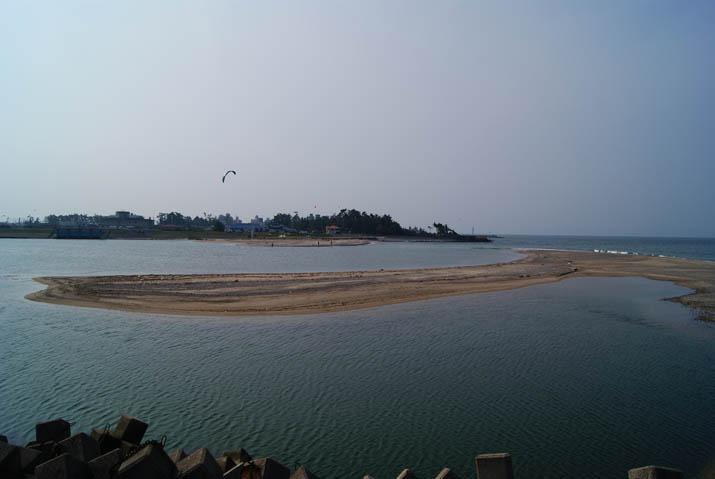 111011 形の変わった日野川河口の砂地.jpg
