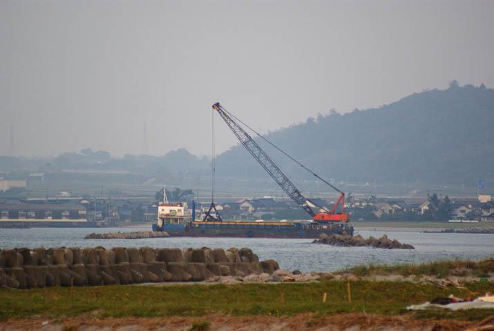111012 淀江のクレーン船.jpg