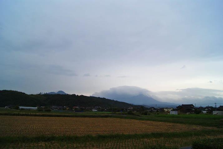 111014 大山と淀江町小波の町並み.jpg