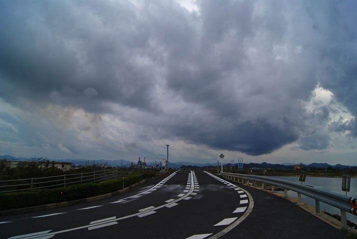 111015 日野川沿いの道と厚い雲.jpg