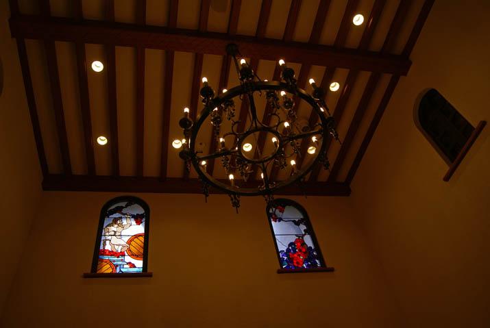 111031 岡山ワイナリー ステンドグラスとシャンデリア.jpg