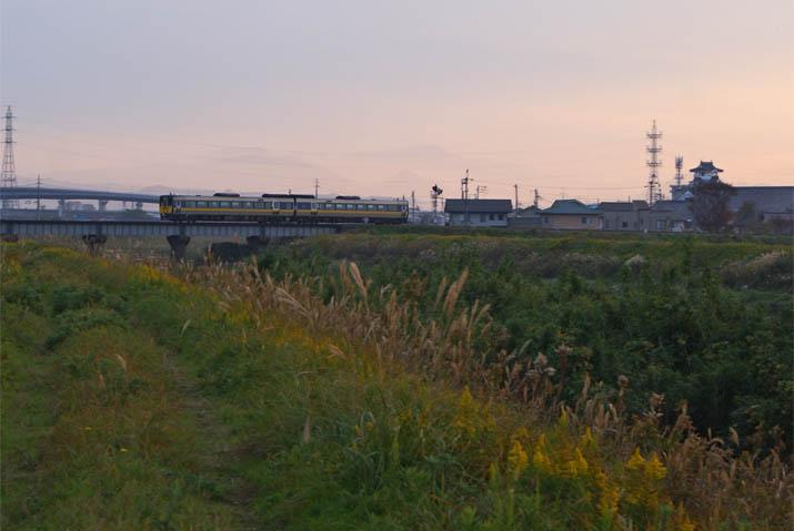 111130 鉄橋を渡る特急列車.jpg