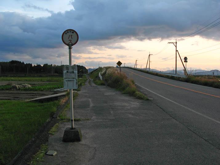 111204 亀甲のバス停.jpg