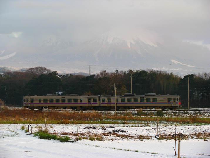 111224 大山と普通列車.jpg
