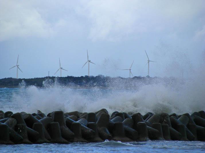 111230 荒波と風車.jpg