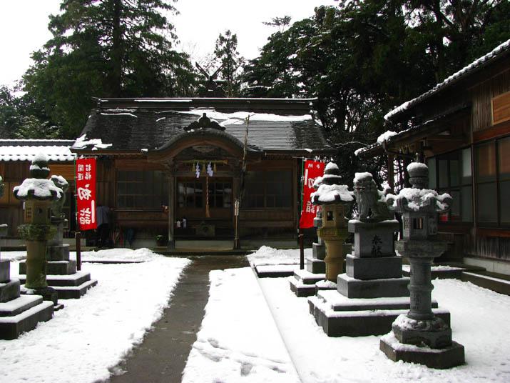 120105 雪に覆われた三輪神社の境内.jpg