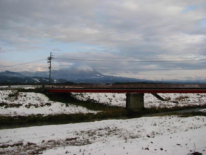 120106 佐陀の赤い橋と大山.jpg