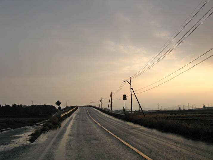 120113 湿った路面と陸橋と.jpg