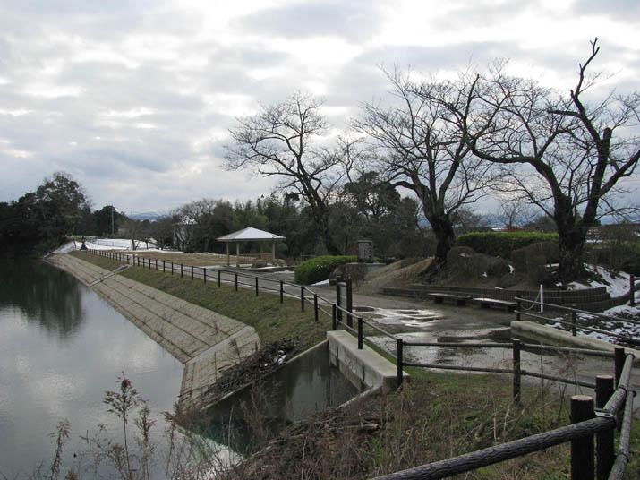 120115 岡成池の堤防.jpg