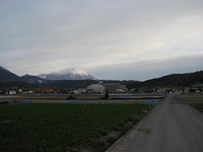 120118 淀江の町並みと大山.jpg
