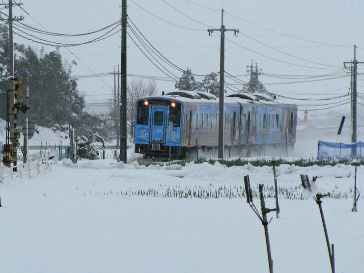 120124 雪中のジオパーク列車.jpg