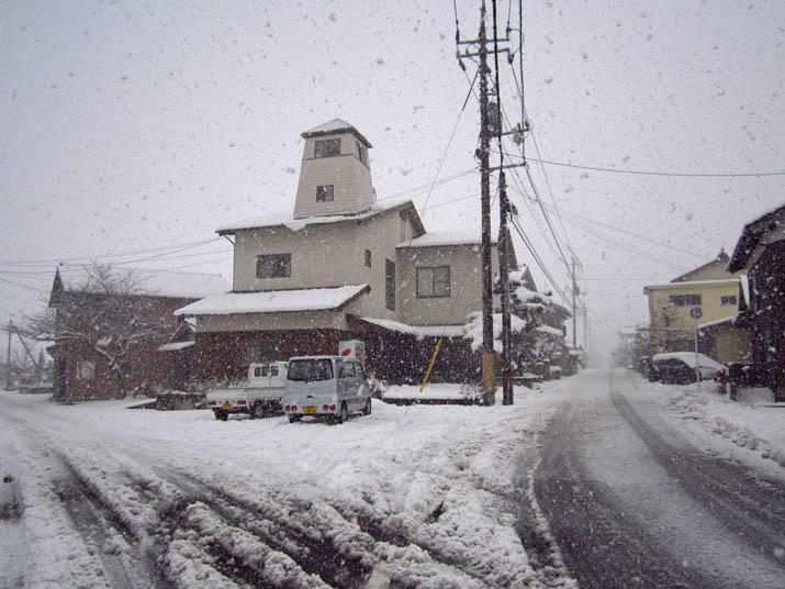 120218 雪の舞う小波浜公民館前.jpg