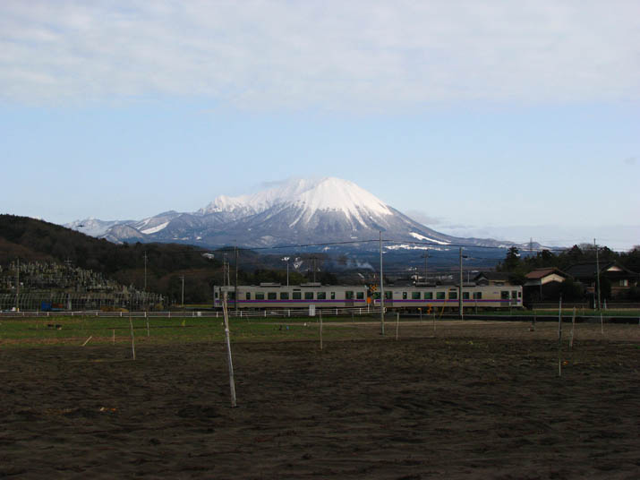 120219 大山と普通列車.jpg