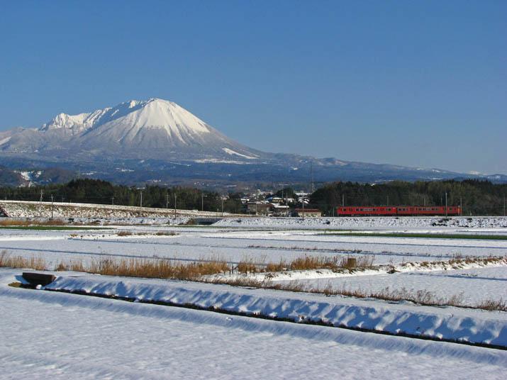 120223 白い雪に赤い列車.jpg