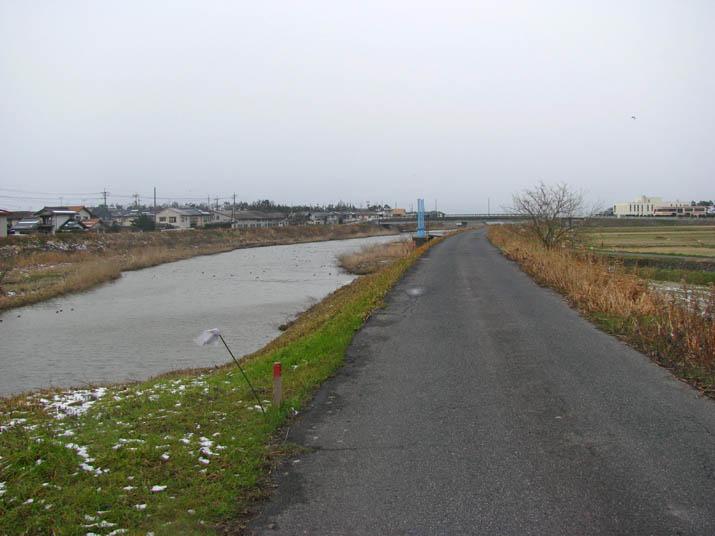 120227 佐陀川と土手.jpg