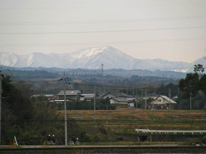 120228 遠くの山と下校する学生.jpg