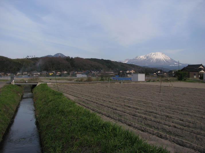 120329 農業用水路と大山.jpg