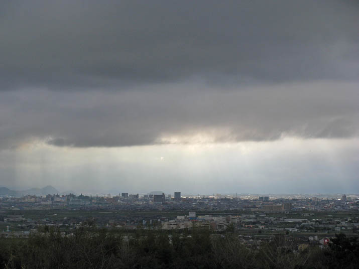 120411 雲の切れから光りのカーテン.jpg