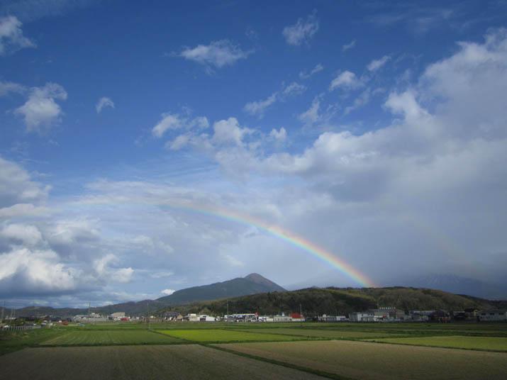 120422 壺瓶山にかかる虹.jpg