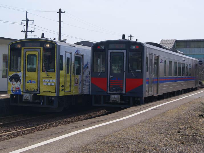 120502 コナン列車とノーマル列車.jpg