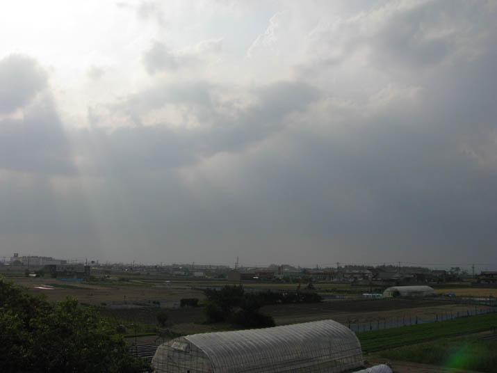 120517 雲の切れ間から日差し.jpg