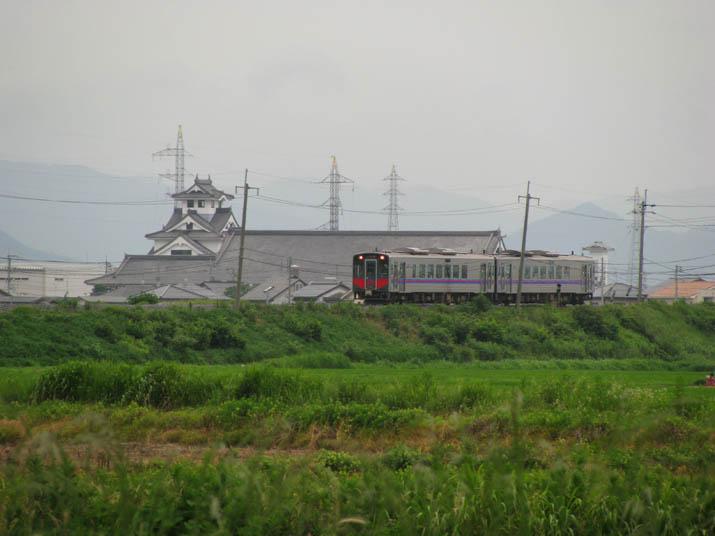 120711 鳥取行き普通列車と寿城.jpg