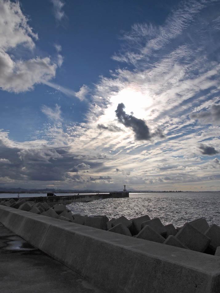 121001 防波堤と筋雲.jpg