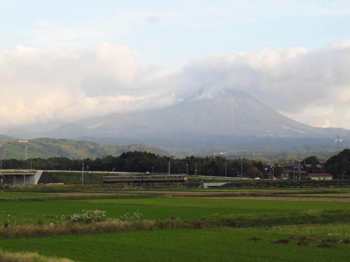 121029 大山と特急列車.jpg