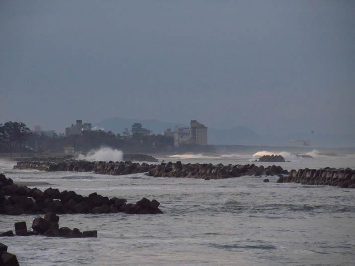 121105 海岸に打ち寄せる波.jpg