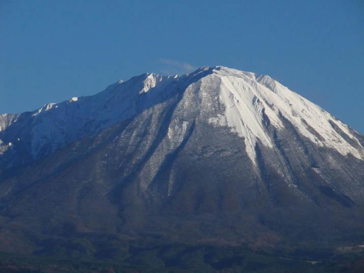 121116 白く積もった大山の山頂.jpg