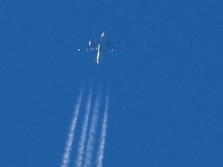 121128 不思議な飛行機のシルエット.jpg