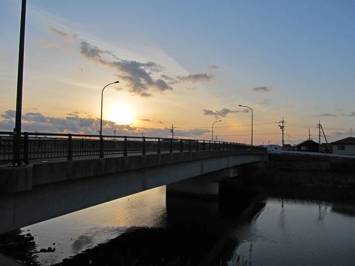 121221 橋の奥へ沈む太陽.jpg