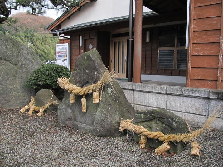 121223 小波浜公民館横の石.jpg