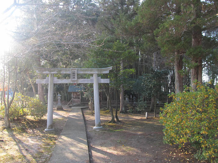 130101 三輪神社 境内の奥に.jpg