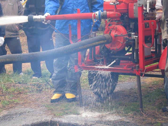 130114 ポンプ車 放水試験中.jpg