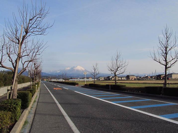 130215 大山と真っ直ぐの道.jpg