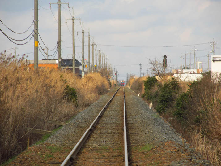 130224 大山町へと続く線路と彼方の列車.jpg