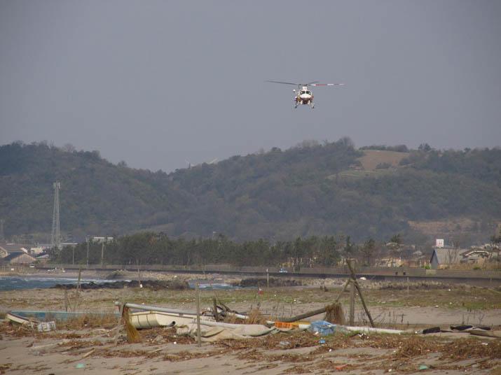130409 海岸線を飛ぶ鳥取県の防災ヘリ.jpg