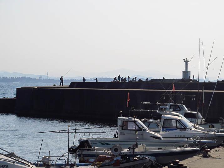 130413 淀江漁港の波よけと釣り人.jpg