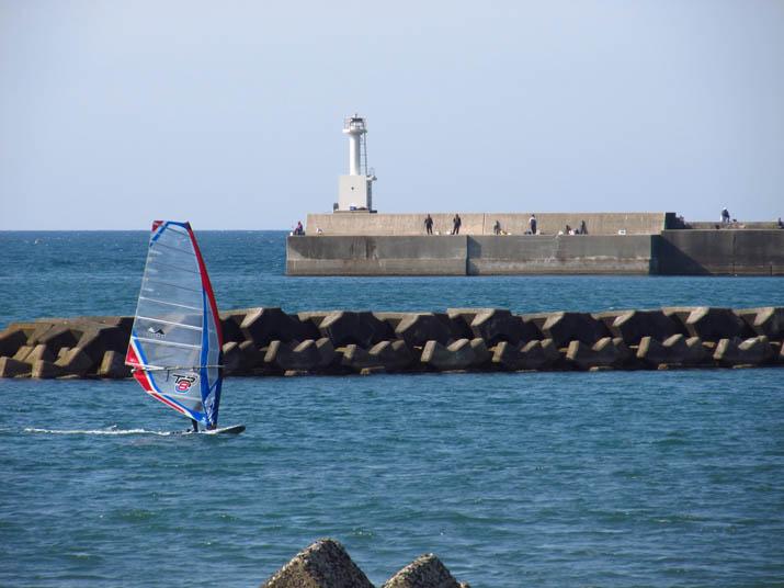 130428 ウインドウサーフィンと釣り人たち.jpg